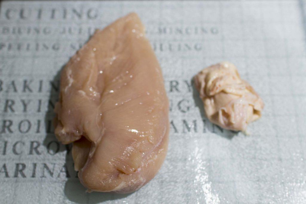 鶏肉の皮と脂身をしっかりカット