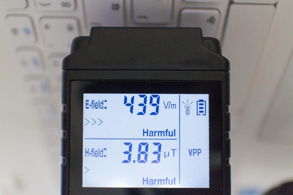 ノートPCのコンセント接続時の電磁波(キーボード部)
