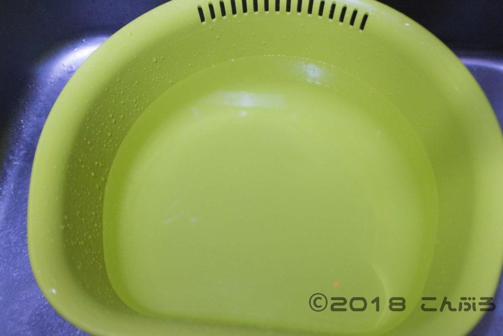 桶に水を入れる