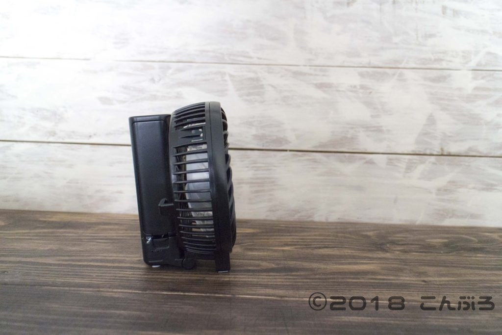手持ち扇風機の卓上置き状態
