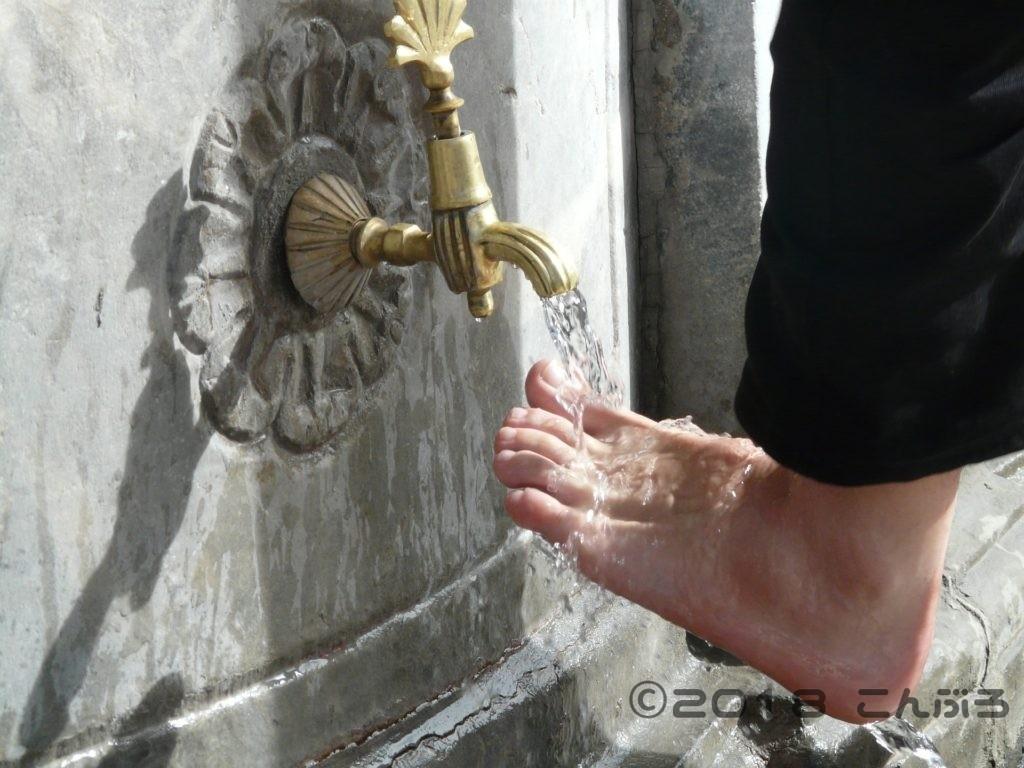 石鹸で足を洗う