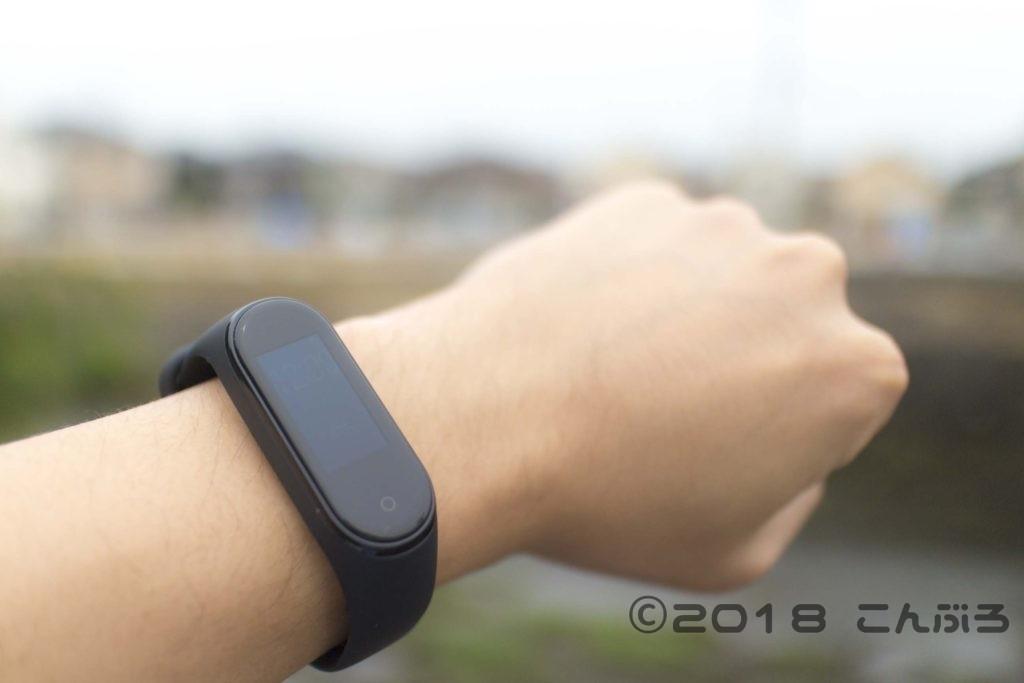 Xiaomi Mi Band 4 を装着