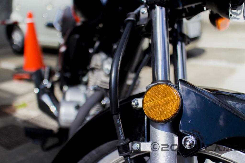 バイク前輪のオレンジの反射板を外す
